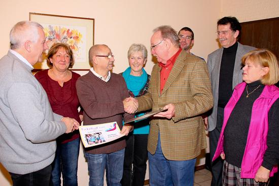 Heinz Engelfried erhält Pokal und Urkunde für das beste Sammelergebnis