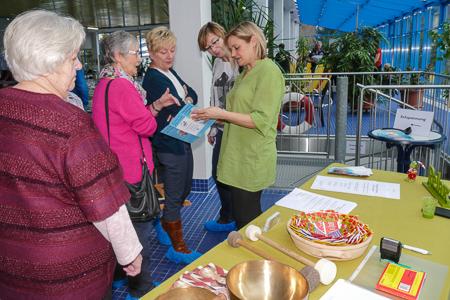 Entspannungspädagogin Jutta Besse informierte die Besucher und bot 6 unterschiedliche Anwendungen in der Sauna an.