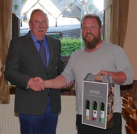 Der Vorstand ernennt Werner Cornelius zum Ehrenvorsitzenden. Markus Walter überreicht ihm ein Weinpräsent.